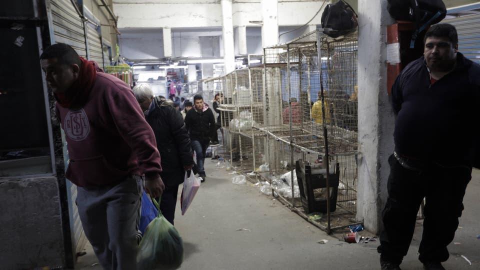 Los puesteros se preparaban, anoche, para abrir sus tiendas. Foto: LA NACION / Daniel Jayo