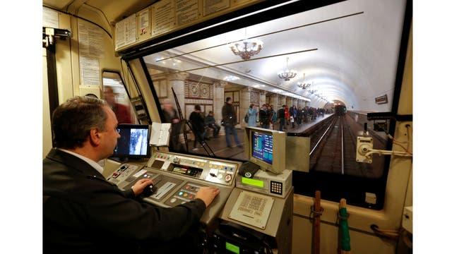 Un empleado del metro de Moscú conduce un tren a través de la estación de metro Paveletskaya en Moscú, Rusia