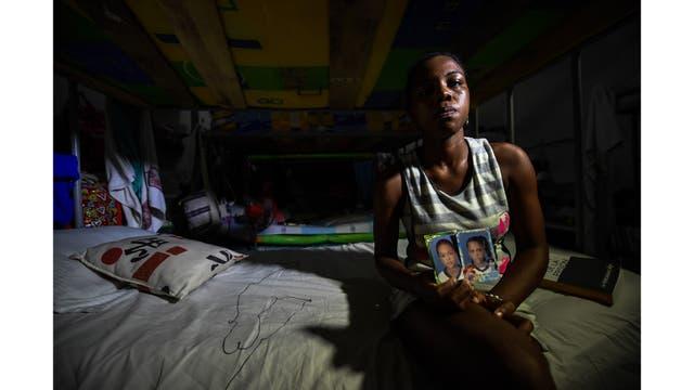La reclusa Arleth Martínez, encarcelada por extorsión, muestra una imagen de sus mellizos, en la cárcel de San Diego en Cartagena