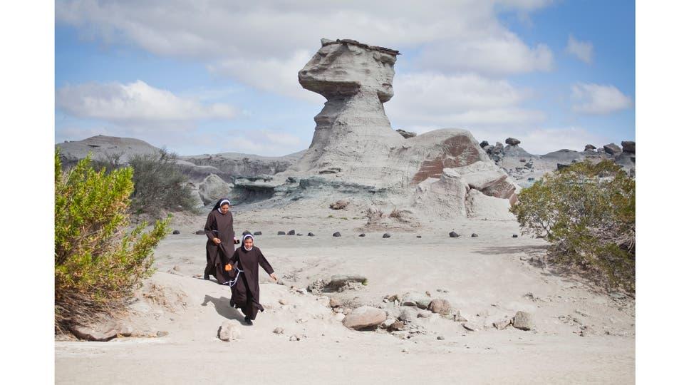"""Dos monjas pasan frente a """"La esfinge"""", en el Valle de la Luna, cuando vuelven de la visita a la """"Cancha de Bochas"""" , San Juan, mayo 2015. Foto: Lozano Cristian Andrés"""