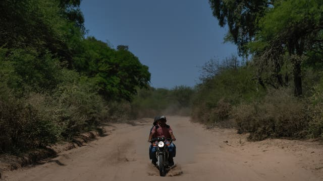 La moto es el mejor medio de transporte por que los caminos, por la sequía, son casi intransitables en auto, antes también era un medio fundamental para traer agua del río