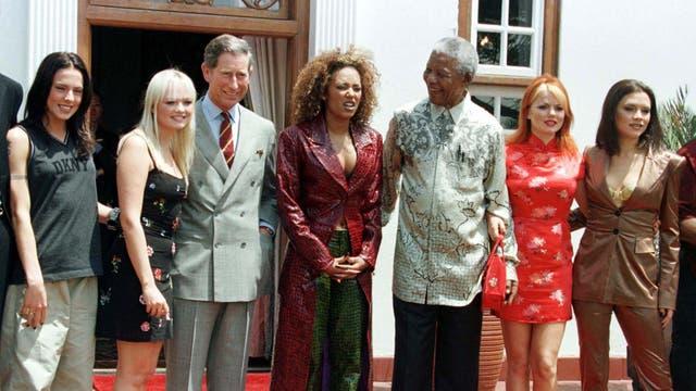 En 1997 junto a Nelson Mandela y el grupo pop Spice Girls, durante una visita que realizó a Sudáfrica
