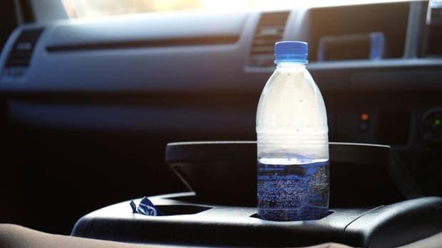 ¿Por qué no deberías dejar una botella de plástico en tu auto?