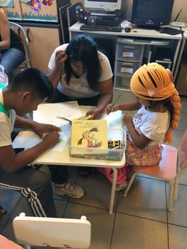 Niños en el hospital, disfrutando de las actividades de la ONG.