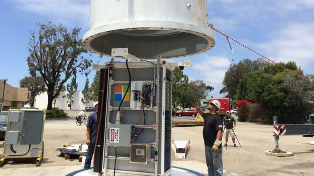 La preparación del rack con equipos dentro del dispositivo sumergible. Foto: Gentileza Microsoft