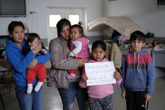 A pedido de LA NACION, varias familias en un centro de evacuados en Pergamino escribieron qué perdieron durante el temporal. Foto: LA NACION / Hernán Zenteno