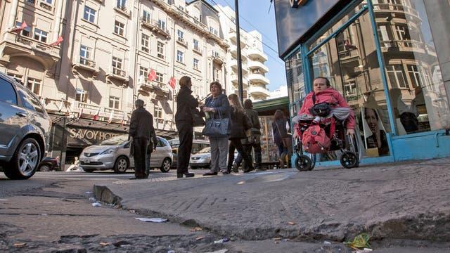 Más de 130.000 porteños tienen dificultades o limitaciones para caminar o moverse en la ciudad