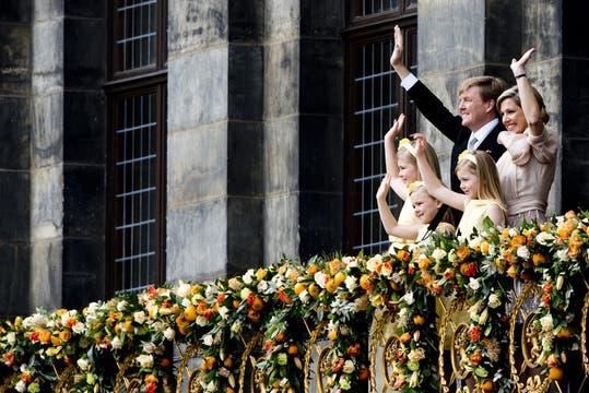 La princesa de Orange, Amalia, y Sus Altezas Reales las princesas Alexia y Ariane se reunieron luego con ellos en el balcón. Foto: AFP