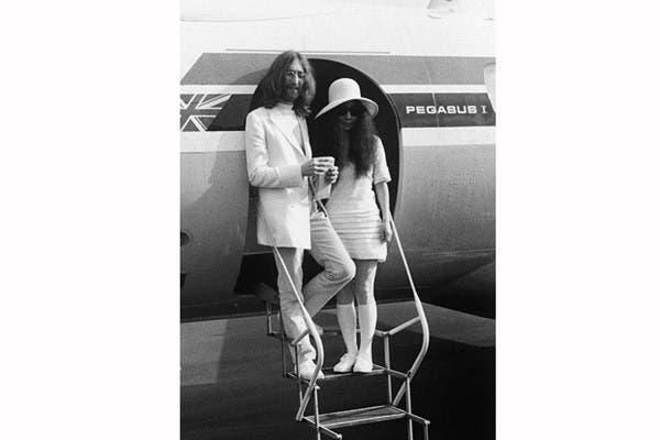 Un vestido corto, medias hasta la rodilla y un sombrero fue el vestuario que eligió Yoko Ono el día que se casó con John Lennon en Gibraltar, en 1969. Foto: In style