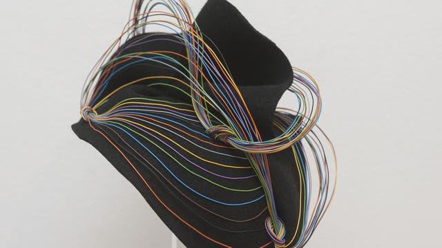 Fascinator de diseño con cables de colores