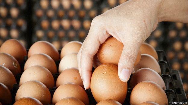 Un truco: un huevo fresco se hunde en el agua, mientras que uno rancio, flota