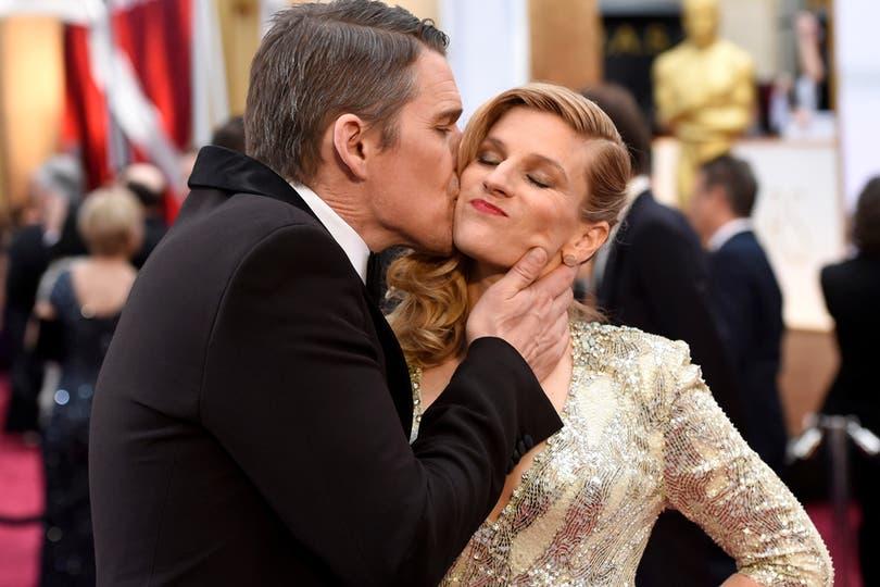 ¡Awww! Ethan Hawke, a los besos con su mujer, Ryan Shawhughes. Foto: Agencias