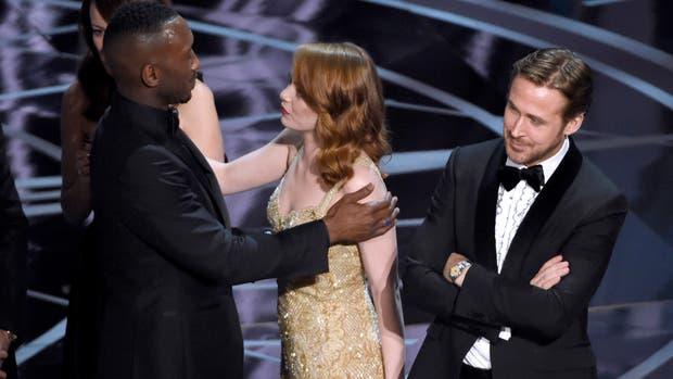 Emma Stone felicita a Mahershala Ali, mientras Ryan Gosling parece no terminar de comprender lo que acaba de suceder...