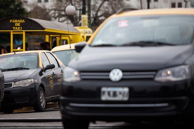 Existen diferentes aplicaciones móviles que unen a taxistas con pasajeros, mientras que otras buscan hacer lo mismo con los remises