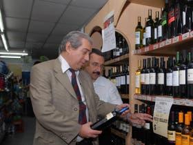 Manusovich, presidente de Fedecámaras, durante la visita a un supermercado