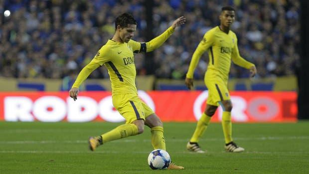 De fina estampa, Gago revivió los mejores tiempos y fue la figura en el debut en el campeonato local; detrás, el colombiano Barrios