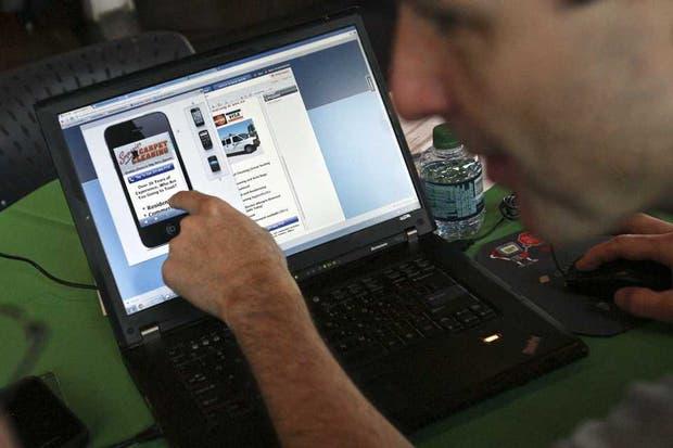 Mark Brenda, un ejecutivo de Google, asiste a un comerciante a desarrollar una versión móvil de su sitio web para ser visitado desde teléfonos inteligentes y tabletas