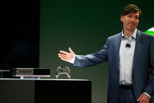 Don Mattrick, presidente de la división de Entretenimiento Interactivo de Microsoft, junto a la Xbox One. Foto: Reuters