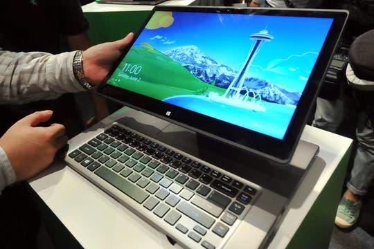 Acer Aspire R7: la pantalla táctil Full HD de 15,6 pulgadas de esta notebook se mueve para arriba; tiene un chip Core i5 de 4ta generación, 6 GB de RAM, Windows 8. Foto: AFP