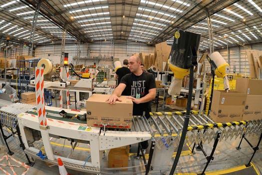 Un operario en uno de los galpones de Amazon en Peterborough, Reino Unido. Foto: AFP