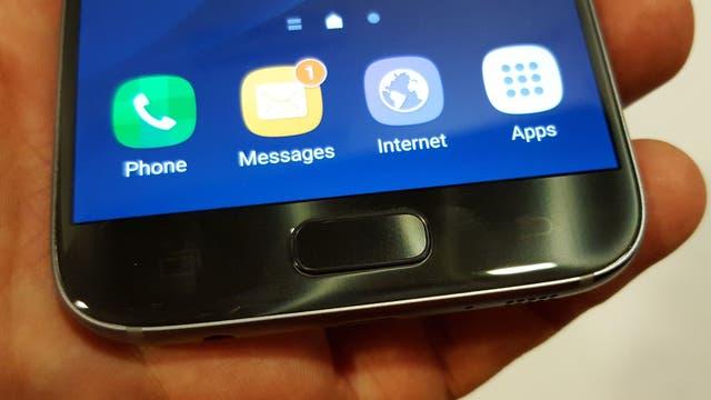 El S7 mantiene el sensor biométrico y ahora es resistente al agua, sin requerir una tapa para el conector USB