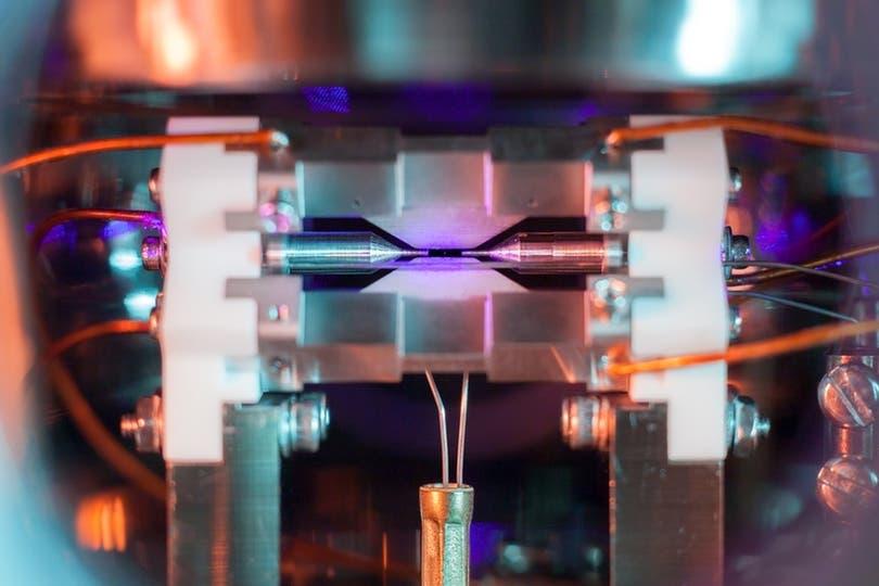 Un científico de la universidad de Oxford logró esta imagen, que muestra la luz reflejada por un átomo de estroncio luego de ser iluminado por un láser; lo que quedó registrado no es el átomo en sí (que es más pequeño que la luz visible) pero sí la luz que emitió; la foto fue premiada por el logro
