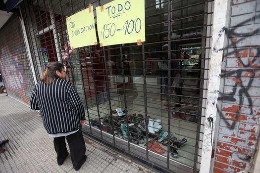 Después del temporal comerciantes del barrio de Belgrano comienzan a liquidar la mercaderia que puedieron rescatar de la inundación. Foto: LA NACION / Ezequiel Muñoz