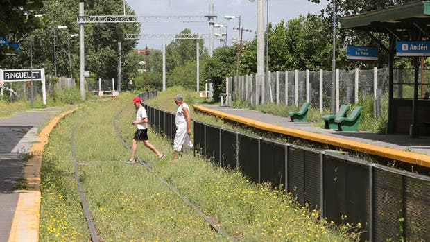 El tren sólo llega hasta Berazategui; en el resto de la traza, las estaciones están vacías