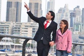 Hernán Acevedo y Zhufen Li pasean por Puerto Madero; después de tres años de residir en China prueban la convivencia en Buenos Aires