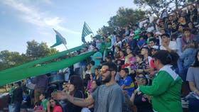 Una vista de la tribuna que ocuparon los hinchas de Deportivo Pinamar