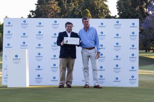 Fabio Rossi, CEO de Zurich Argentina, entrega el cheque a Juan Ignacio Sanchez Alcazar, Director de Fundación Integrar..