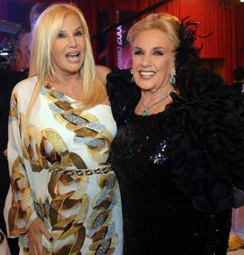 Las divas derrocharon glamour con sendos vestidos despampanantes. Susana, con un estilo griego de estampado exótico; Mirtha no escatimó en volados para las barrocas mangas de su vestido. Foto: DyN