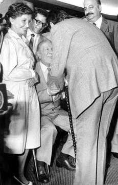 Raúl Alfonsín lo saluda en 1983. Foto: Archivo / LA NACION