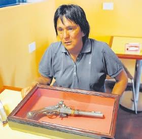 Milagro Sala dice que este pistolón, que le regaló antes de morir Germán Abdala, es su única arma,