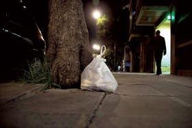 En la calle. Una bolsa de basura espera ser recolectada. Forma parte de las 5 mil toneladas diarias que genera la ciudad