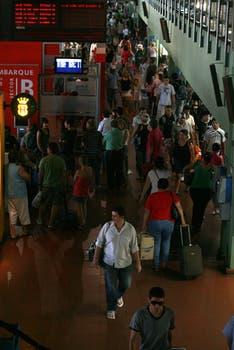El interior de la terminal de Retiro fue un mar de gente debido al recambio turístico de fin de enero. Foto: LA NACION / Graciela Calabrese