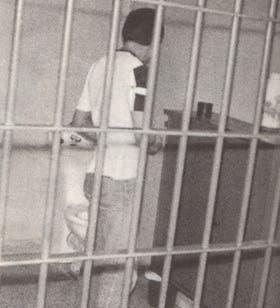 Sergio, de espaldas, en su celda