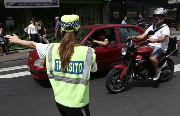 Una mujer policía restringe el tránsito en Mitre y Diagonal Norte