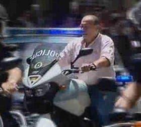 El secretario de Seguridad, Sergio Berni, en moto y sin casco