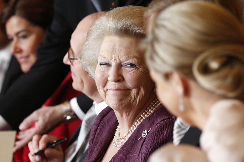 Beatriz y una mirada cómplice a Máxima, durante la ceremonia de abdicación. Foto: /Getty Images