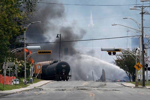 Los bomberos intentan apagar el incendio. Foto: Reuters