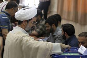 Un clérigo iraní ejerce su derecho al voto en las elecciones presidenciales iraníes en Teherán el pasado viernes 14 de junio