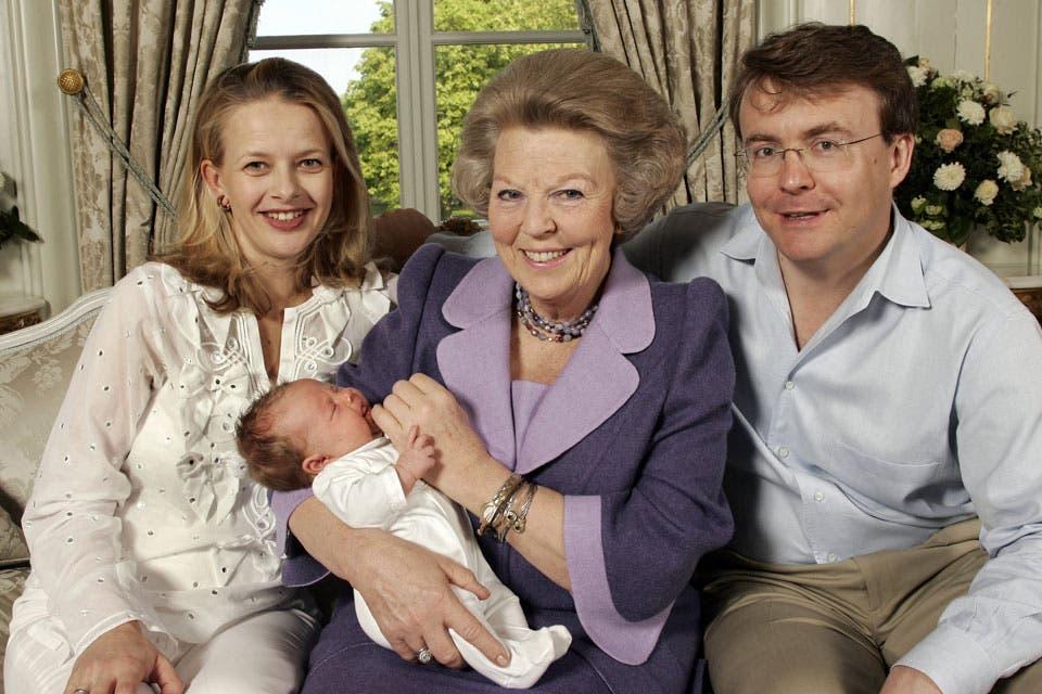 La reina Beatriz, Friso y Mabel, en el retrato oficial por el nacimiento de la primera hija de los príncipes, Luana. Foto: /AP y Getty Images