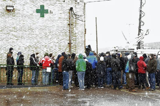 En el primer día, los clientes hicieron frente a la nieve afuera de los locales habilitados en Colorado. Foto: EFE