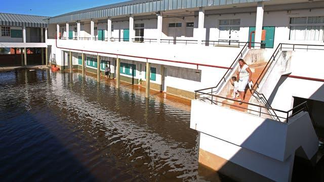 La planta baja de la Escuela N°1 está inhabilitada por la inundación