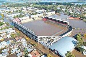 A principios del mes último, dos metros de agua cubrieron el estadio de Colón, que jugó como local en Patronato, de Paraná