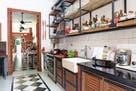 Una cocina diseñada para exponer los tesoros de sus dueños