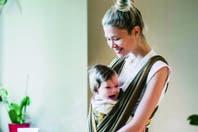 En su casa, en las afueras de Madrid, Carla Pereyra posa por primera vez con su hija Francesca