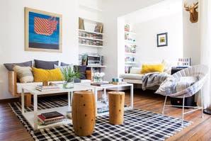 Una casa con base neutra y detalles de color