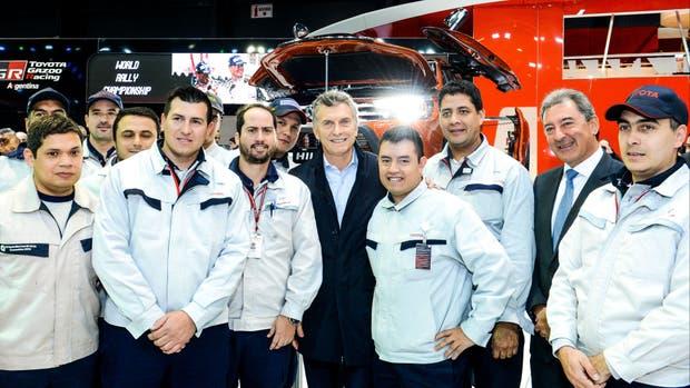 Macri con trabajadores en el Salón del Automóvil